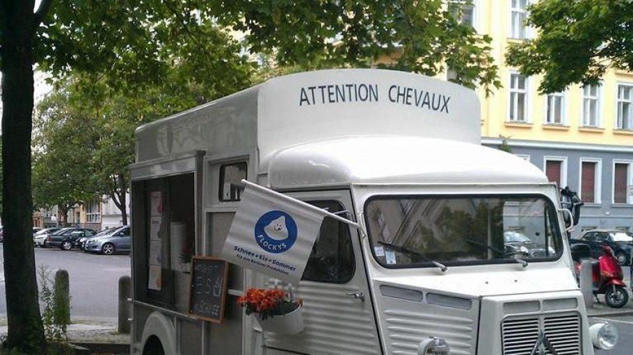 Wenn du diesen französischen Eiswagen in deinem Kiez parken siehst, schau' vorbei. Denn hier gibt es Schnee-Eis!