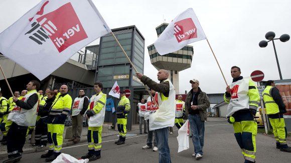 Streik der Mitarbeiter des Bodenpersonals am Flughafen Berlin-Tegel