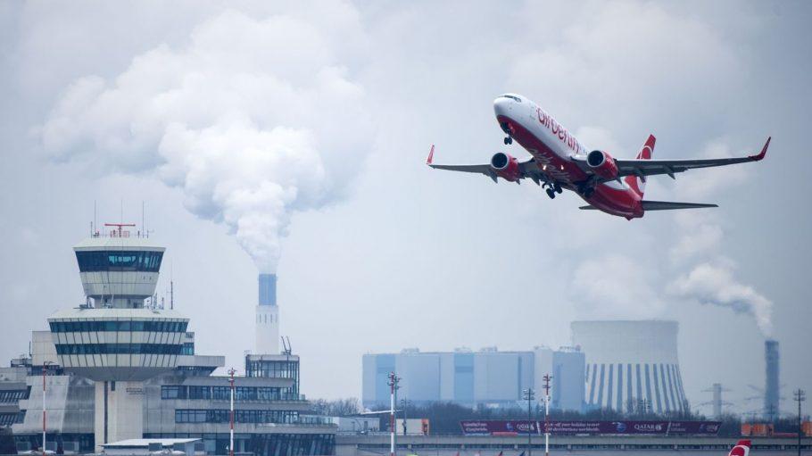 Eine Maschine der Linie Air Berlin hebt am Flughafen Tegel ab. Auch wenn es mit den Flugzeugen mal vorbei ist, wollen manche Berliner den Airport erhalten.