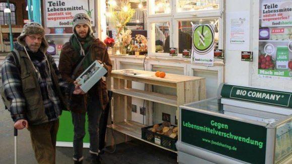 Noch so eine großartige Lebensmittel-Idee: Teile dein Essen - im Foodsharing-Kühlschrank in Kreuzberg in der Markthalle Neun.