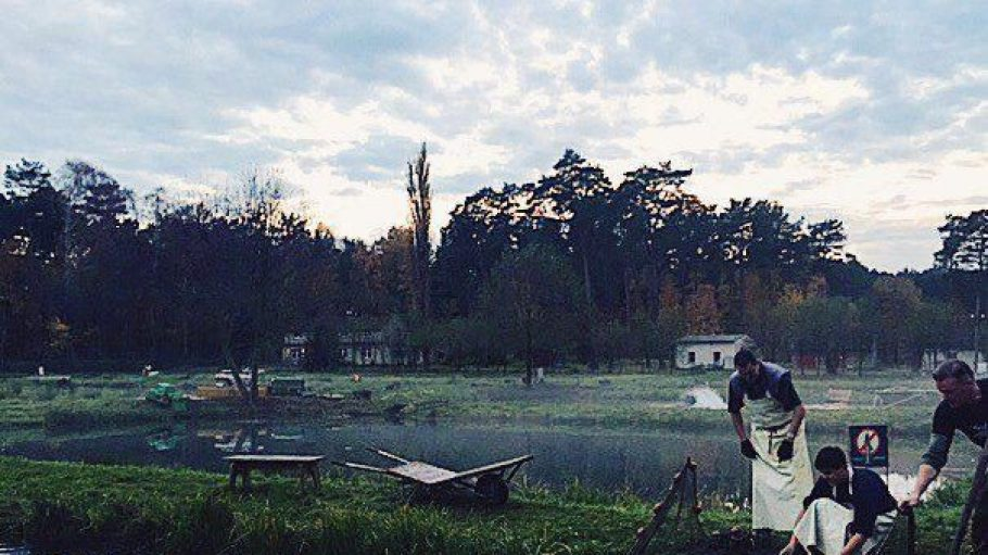 Unsere Kolumnistin Gerlinde war auf dem Forellenhof Rottstock zu Besuch, wo diesen drei Herren einige Fische ins Netz gingen.