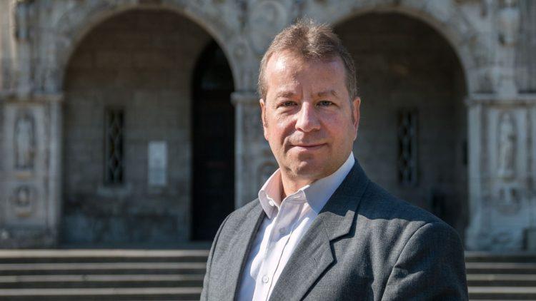 Bezirksbürgermeister Frank Balzer vor dem Rathaus Reinickendorf.