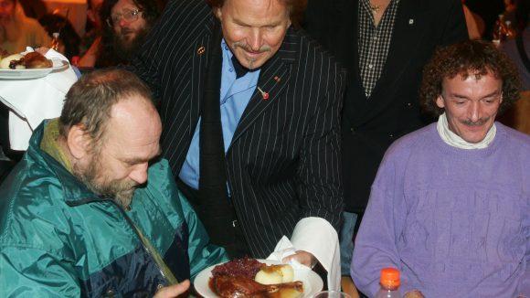 Frank Zander serviert Gansekeule und Knödel an Obdachlose.