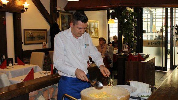 Hier wird die Pasta flambiert - im ausgehöhlten Käselaib.