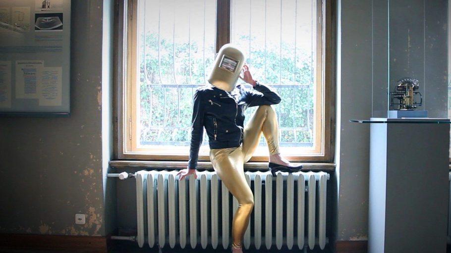 Hol die Glitzer-Leggins aus dem Schrank und ab ins arty Wochenende! Diese Dame erwartet dich im Ballhaus Ost, im Wedding kommt Street-Art an die Wand.