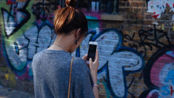 Immer das Handy in der Hand –  will Mascha wirklich zurück zu Tinder?