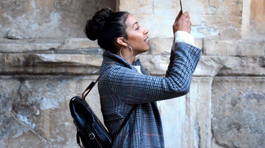Mit dem Smartphone an der Kirchenmauer: Über W-Lan-Empfang kannst du dich jetzt auch im Gotteshaus freuen.
