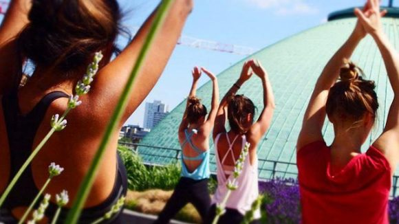 Gute Luft und viel Entspannung: Hoch oben auf dem Dach des Hotel de Rome findet jeden Sonntag Yoga statt.