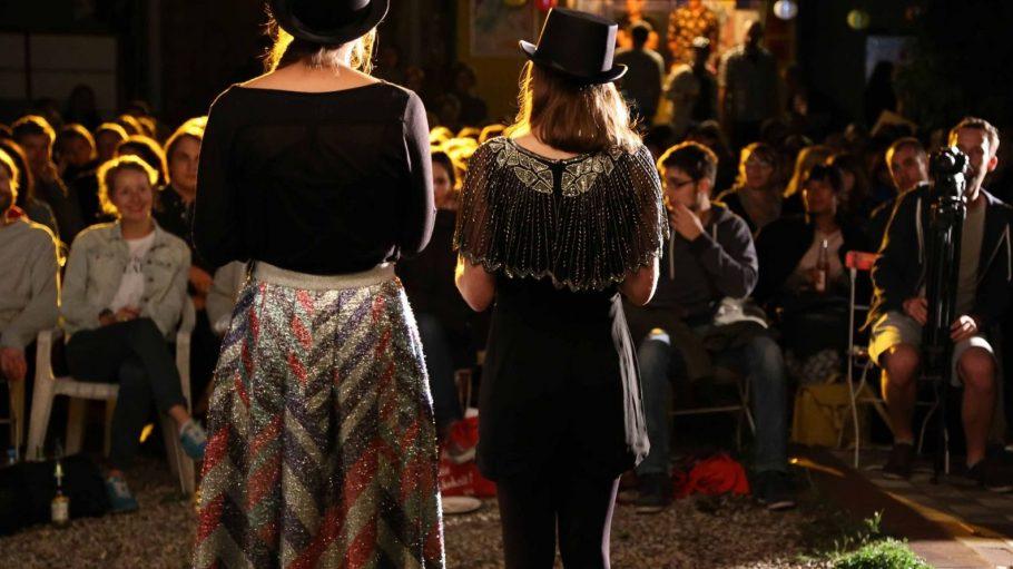 """Zwei Frauen mit Zylinder bei der Eröffnungsfeier vom """"Favourites Film Festival"""" 2015. Wie schick die Veranstaltung wohl in diesem Jahr startet?"""