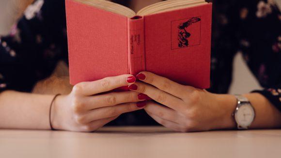 Viele Bücher spielen in Berlin und sind so spannend, dass du sie gar nicht mehr aus der Hand legen möchtest.