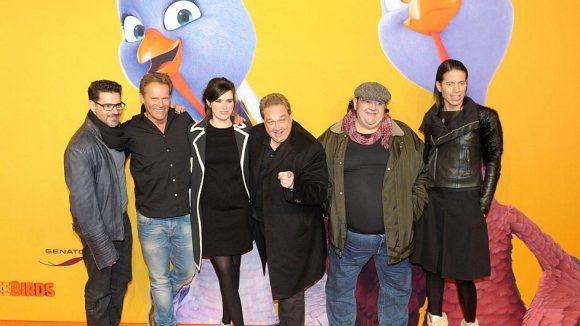"""Nora Tschirner (3.v.l.) und Oliver Kalkofe (4.v.l.) mit den restlichen Stars des deutschen Synchron-Teams von """"Free Birds"""" bei der Filmpremiere."""