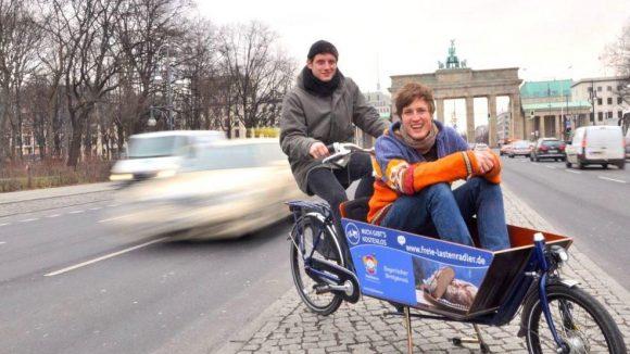 """Colin Pöstgens und Filip Schaffitzel gehören zu den """"Freien Lastenradlern Berlin"""". Sie sammeln Geld, um Cargobikes in die Hauptstadt zu holen."""