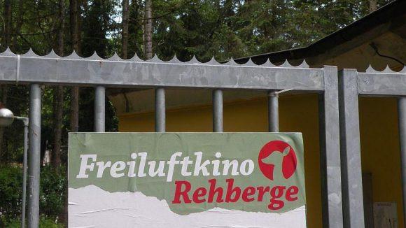 Das Tor zum idyllisch im Volkspark gelegenen Freiluftkino.
