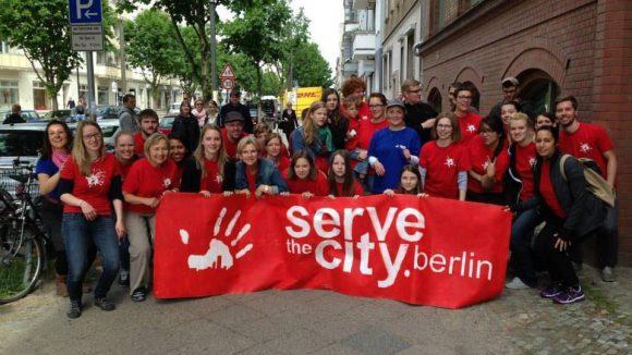 Freiwillige bei einer früheren Aktion von Serve the City.