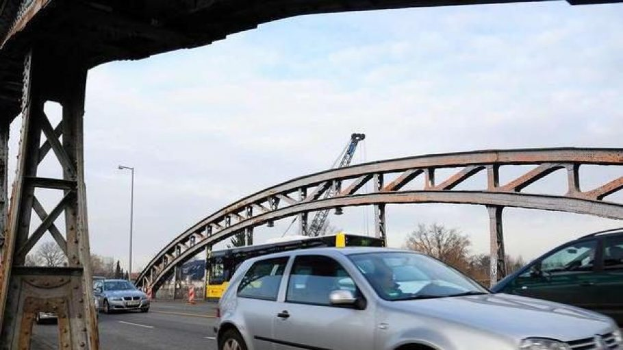Ein 174 Meter langer Schleichweg: Die Freybrücke in Berlin-Spandau muss wegen erheblicher Korrosionsschäden durch einen Neubau ersetzt werden.