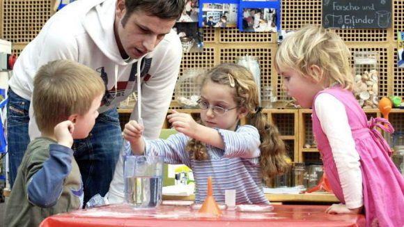 """Kinder für Naturwissenschaften zu begeistern, das ist erklärtes Ziel vom """"Haus der kleinen Forscher"""". Die Stiftung setzt sich für die Weiterbildung von Erziehern und Pädagogen ein."""