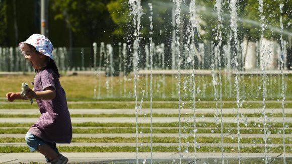 Draußen-Zeit ist doch die schönste Zeit! Die Wasserfontänen schießen vor dem Bundeskanzleramt in die Höhe.