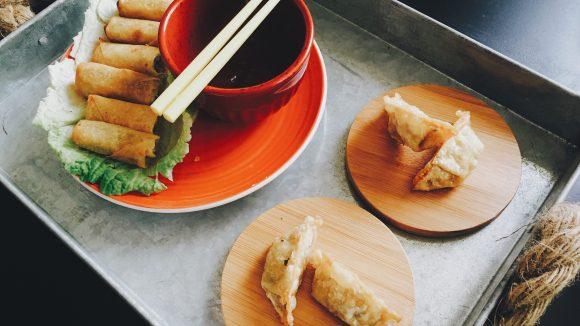 Frühlingsrollen, Dumplings oder doch lieber Pekingente; in Friedrichshain steht das alles auf den Karten der asiatischen Restaurants.