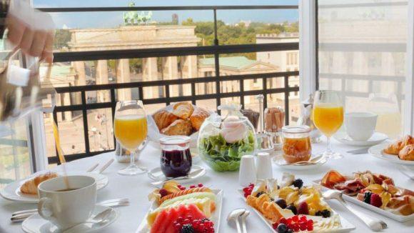 Das Hotel Adlon bringt seinen Gästen auf Wunsch ein kulinarisches Gourmet-Frühstück auf's Zimmer, das sie mit Blick auf das Brandenburger Tor genießen können.