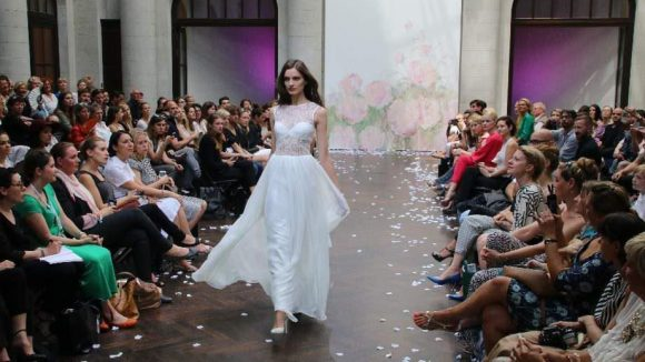 Auf der Suche nach einem Brautkleid? Hier ein traumhafter Weyer-Entwurf.