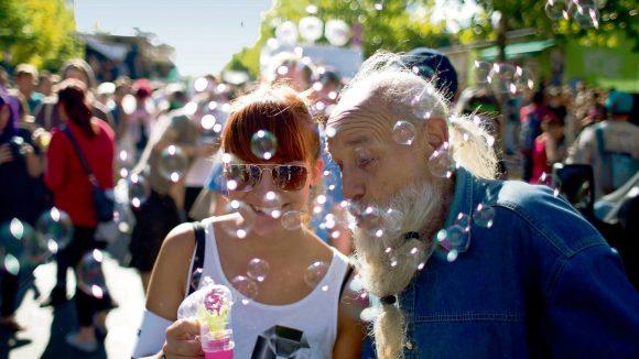 Friede, Freude, Seifenblasen. Wie in den Anfängen der Loveparade soll es am Sonnabend zugehen. Nachdem die Veranstaltung immer größer war, wendeten sich viele Raver der ersten Stunde ab und gründeten die Gegenveranstaltung Fuckparade, auf der dieses Bild entstand.