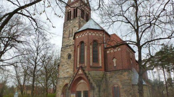 Bisher macht der Platz an der Kirche aber nicht viel her. Immerhin ist es schön grün.
