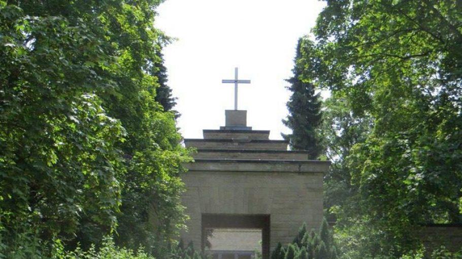 Das Eingangsportal zum Friedhof in der Lilienthalstraße - mehr Bilder siehst du in unserer Bilderstrecke.