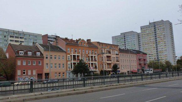 An der B1/5, der ehemaligen Dorfstraße Alt-Friedrichsfelde, zeigt sich die architektonische Palette des Stadtteils.