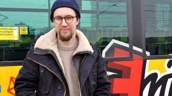 Rapper Prinz Pi vor der Fritz-Straßenbahn.
