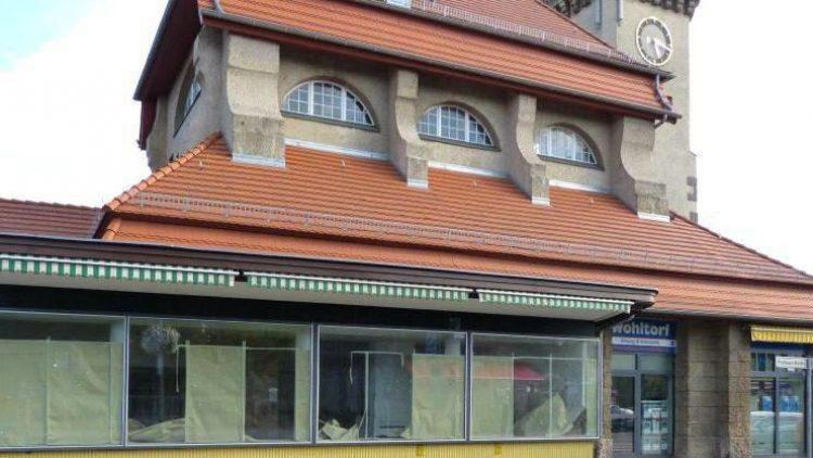 Schön ist anders. Seit vielen Monaten stehen die Räumlichkeiten im S-Bahnhof Frohnau leer. Hier wollte eine Kaffee-Kette einziehen und tut es nun doch nicht.