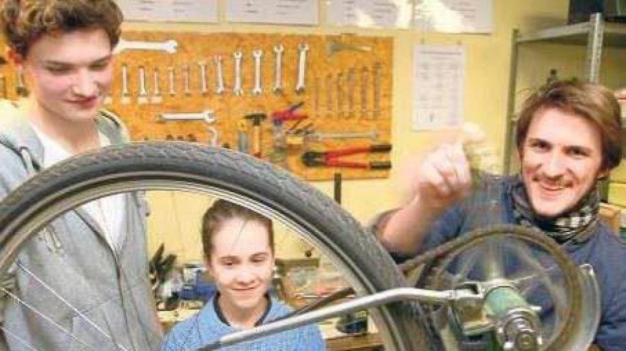 Fürs Leben lernen. Maschinenbaustudent Timm Wille (r.) leitet ehrenamtlich an seiner alten Schule, der Rudolf-Steiner-Schule in Dahlem, eine Lehrfahrradwerkstatt.