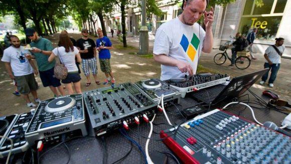 Open Airs sind vor allem bei schönem Wetter am Wochenende begehrt. Im Gegensatz zu vielen dieser selbstorganisierten Parties ist auf obigem Foto ein DJ bei der Fête de la Musique ...