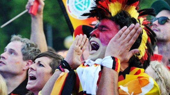 Gemeinsam schaut sich Fußball besser.