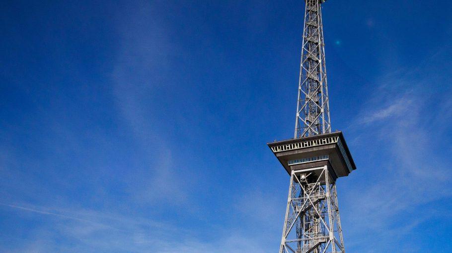 Der Funkturm auf dem Gelände der Messe Berlin mit seiner Aussichtsplattform in 126 Metern Höhe.