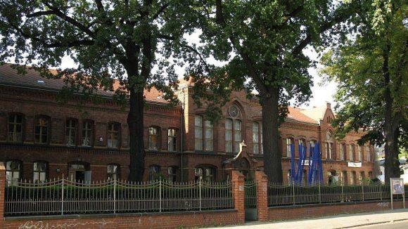 Die Alte Schule liegt an der Dörpfeldstraße, die den alten Teil von Adlershof durchquert.