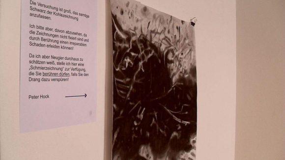 """Die Kohle-Bilder sind nicht einmal fixiert. Um ein Gefühl für die Materialität zu bekommen, hat Künstler Hock eine """"Anfassprobe"""" angefertigt."""