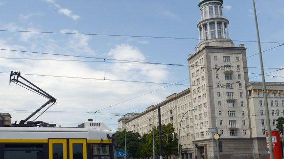 """Hoch oben in einem der berühmten Türme am Frankfurter Tor befindet sich der Ausstellungsort mit dem passenden Namen """"Galerie im Turm""""."""