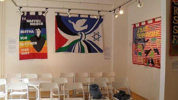 """Die Galerie von innen. Aktuell gibt's hier eine Ausstellung mit dem Titel """"Die Hoffnung hat zwei schöne Töchter: Wut und Mut""""."""