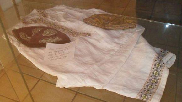 Die einzigen, erhaltenen Kleidungsstück von Olga Benario. Kleid und Kappen sind als Leihgabe in der Galerie ausgestellt.