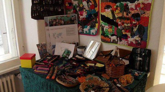 Südamerikanische Themen wurden hier schon oft ausgestellt. Ständig da: Ein Tisch mit Original Artisan-Schmuck. Der Erlös landet bei den Herstellern in Südamerika.