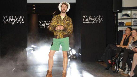 Eine gewagte Zusammenstellung führt Eric vor: Zur Jacke von Hacket trägt er einen Pullover und Shorts von Michael Kors. Der Hut stammt aus der Lafayette Collection, die Schuhe von H by Hudson und der Gürtel von Hüftgold. Auch Annabelle Mandeng und Regina Halmich (v.l.) staunen nicht schlecht.