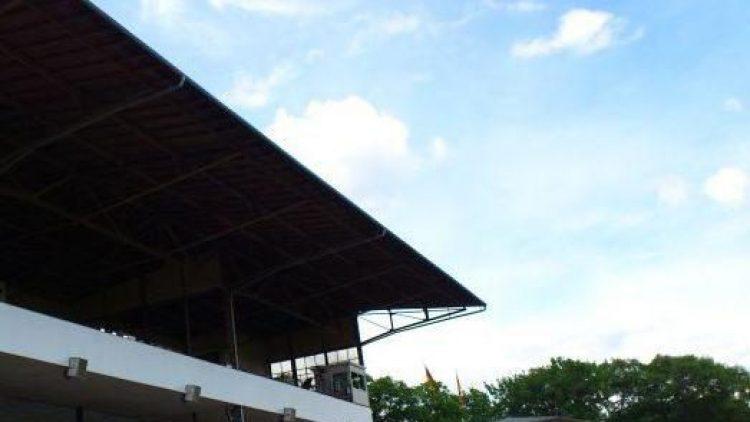 Tribünenplätze in Hoppegarten sind natürlich teurer als der Sitz auf der Wiese.