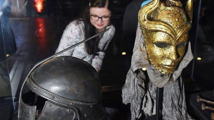 """Die ersten Besucher konnten bereits beim Pre-Opening einen Blick auf die fünftägige """"Game of Thrones""""-Ausstellung in Berlin werfen. Hier zu sehen: der """"Helm der Unbefleckten"""" (l.) und die """"Maske der Söhne der Harpyie""""."""