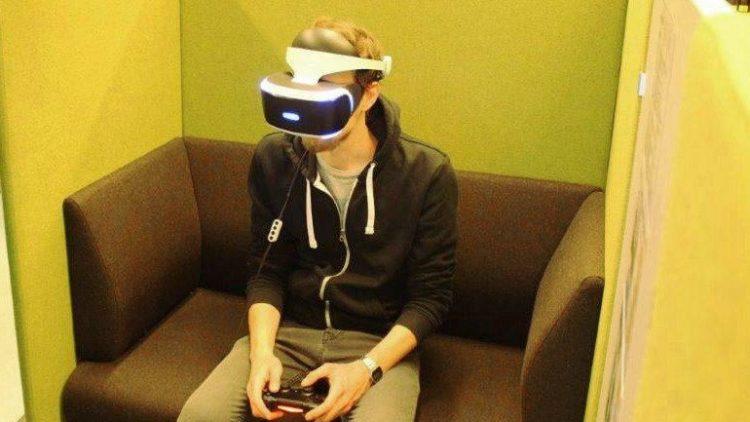 Unser QIEZ-Team testet die neue Gamebox mit VR-Brille in der Heinrich-Schulz-Bibliothek.