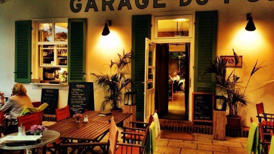 Direkt an der Glienicker Brücke in Potsdam wurde ein altes Tankhäuschen in ein Restaurant verwandelt.