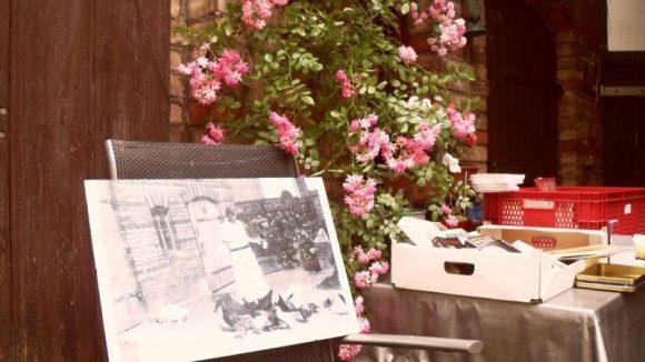 Damals und heute: Auch im Garten von Beate Motel wartet ein Exkurs in die Vergangenheit. Auf dem Tisch werden Bücher verkauft.