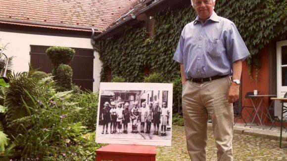 Eigentümer Ulrich Krystek in dem Garten, in dem er aufgewachsen ist: In der Mitte des schwarz-weiß-Bildes ist Krystek als kleiner Junge zu sehen.