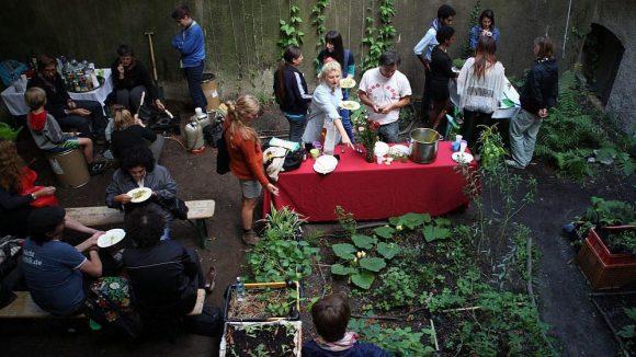 So nahe wie bei diesem Gartendinner können Lebensmittelproduktion und -konsum zusammenliegen.