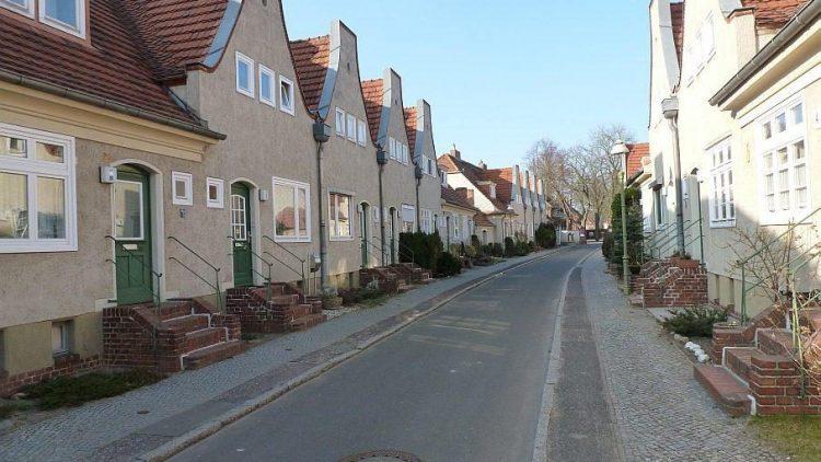 Die zentralen Sträßchen der Gartenstadt Staaken sind mit schmucken Reihenhäuschen bebaut.