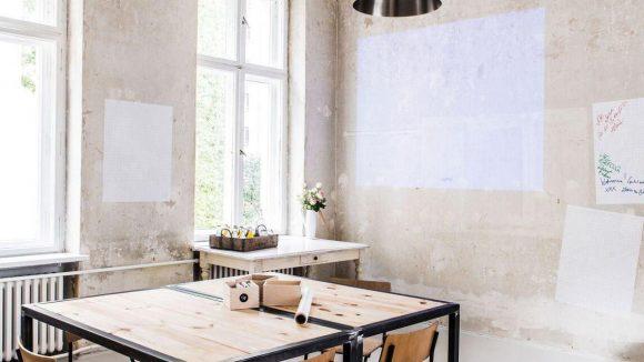 Wer für einen Workshop mal etwas anderes sucht: Das Studio im hinteren Teil der Wohnung eignet sich hervorragend und die Wände bieten genügend Platz für kreative Ergüsse.